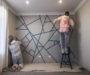 Vzala lepící pásku a připevnila ji na stěnu – překrásný nápad jak si vyzdobit zdi ve Vaší domácnosti!