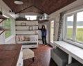 Postavili si vlastní domeček snů za minimální náklady – malý ale vážně překrásný!