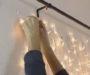 Vezme obyčejnou tyč, záclonu a několik světýlek! Vznikne nádherná dekorace!