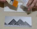 Vezme obyčejný kámen a udělá něco neobvyklého! Kreativní nápad jak přenést fotografii na kámen!